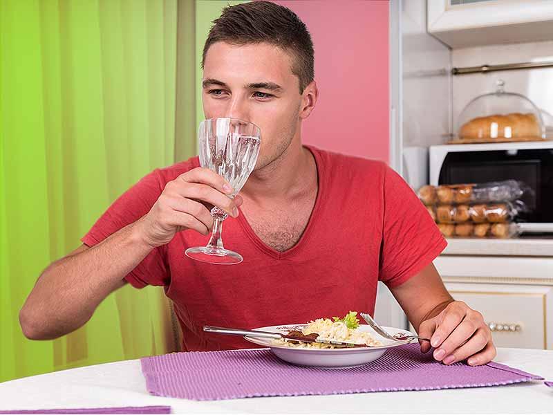آیا خوردن آب بعد از غذا چاق میکند ؟